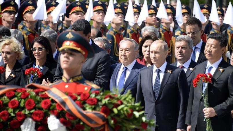 Vladimir Poutine a loué samedi matin la «contribution» des Alliés dans la victoire en 1945 contre l'Allemagne nazie lors de célébrations en grande pompe sur la place Rouge. Le président russe s'est ainsi montré plutôt apaisant, faisant un geste en direction des Occidentaux en les remerciant et en se gardant pour une fois d'évoquer la menace «fasciste» ukrainienne. La plupart des chefs d'État occidentaux ont snobé cette parade à cause du soutien de Poutine aux séparatistes prorusses en Ukraine.