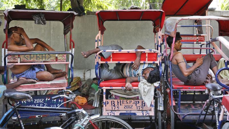 Les conducteurs de rickshaws travaillent toute la journée par 45°C à New Delhi