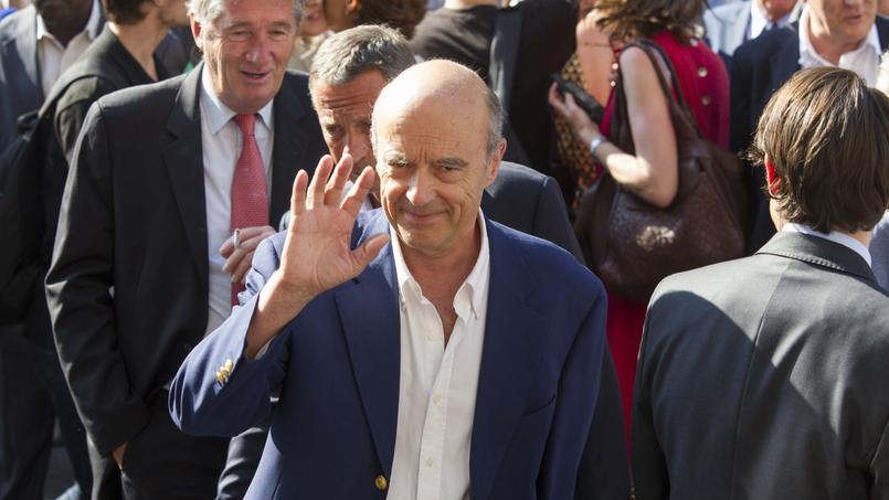 Candidat à la primaire pour l'élection présidentielle, Alain Juppé a approuvé du bout des lèvres le nouveau nom de l'UMP pendant que tous ses proches contestaient le choix de Nicolas Sarkozy. Parfois sifflé par les militants pour sa proximité avec François Bayrou, son discours sera suivi avec attention samedi.