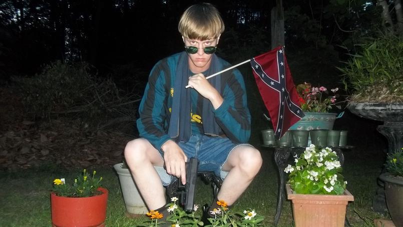 Photo du suspect de la tuerie de Charleston, Dylann Roof, tenant un drapeau confédéré.