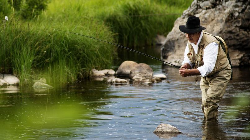 A l'affût dans l'eau du Bès, Fred Remise ne quitterait pour rien au monde ses rivières à truites. Cinquante ans que cette figure de l'Aubrac taquine le poisson ... et les hôtes de son hôtel-restaurant.