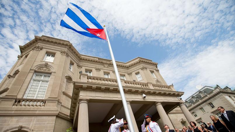 Quelques heures plus tard, à 16h30 heure de Paris, le même drapeau tricolore a été hissé lors d'une cérémonie officielle sur la nouvelle ambassade cubaine à Washington, en présence du ministre des Affaires étrangères Bruno Rodriguez, la première visite dans le pays d'un chef de la diplomatie cubaine depuis 1959. Une importante délégation cubaine était présente parmi les 500 invités.