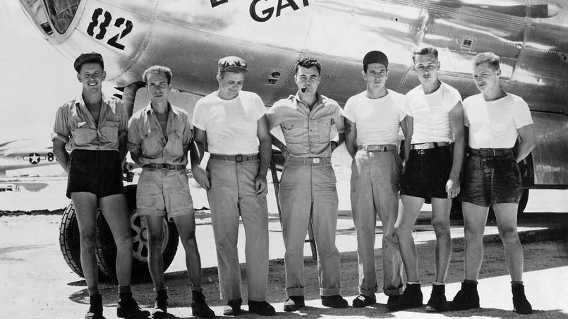L'équipage de l'avion SuperFortress B-29 Enola Gay après le largage de la bombe atomique sur Hiroshima. Le pilote le colonel Paul W. Tibbets est au centre.