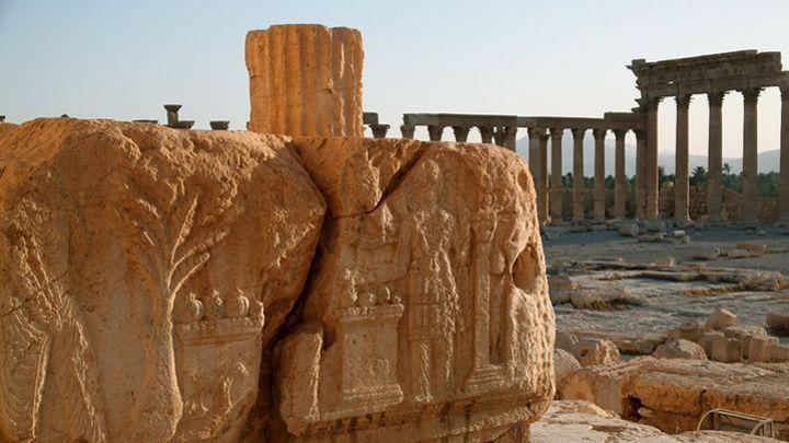 Frise sur les vestiges du temple de Ba'al.