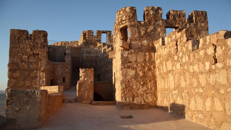 Le château fort Qalat Ibn Maan, datant du XVIe siècle, domine la ville à l'ouest.