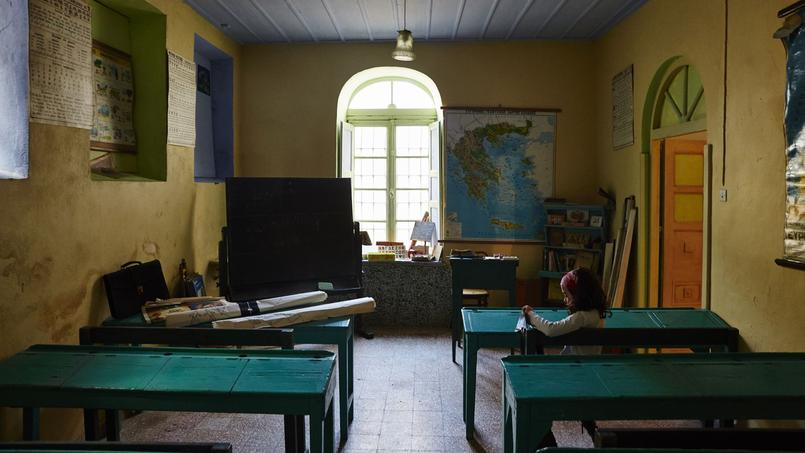Pendant plus d'un siècle, entre 1862 et 1984, l'imposant couvent des Ursulines du minuscule village de Loutra (Tinos) a dispensé une éducation aux jeunes filles de bonne famille. Aujourd'hui, il se visite comme un musée.