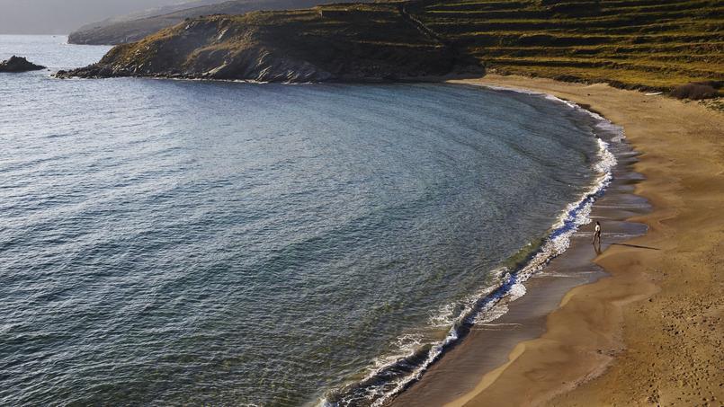 Tinos, la discrète, a su rester en marge et se protéger du tourisme de masse. Ici, la sublime plage de sable fin d'Agipania.