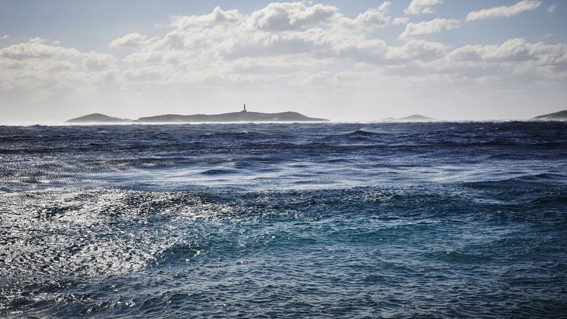 Au loin, sur l'île inhabitée de Gaidouronissi, se dresse le phare de Syros. Construit par une compagnie française, il guide les marins au long cours depuis 1834.