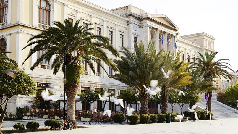 Pavée de marbre blanc, l'élégante place Miaoulis de l'hôtel de ville d'Ermoupolis (Syros) est le haut lieu de promenade du soir et des concerts en plein air.