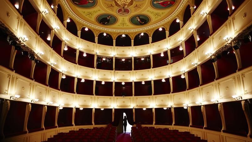 Construit par l'architecte italien Pietro Sampo, le théatre Apollon, réplique miniature de la Scala de Milan, trône depuis 1864 au cœur d'Ermoupolis (Syros).