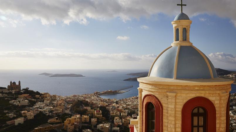 Perchée sur la colline d'Anos Syros (quartier médiéval), l'imposante église catholique Saint-Georges domine la magnifique baie d'Ermoupolis.