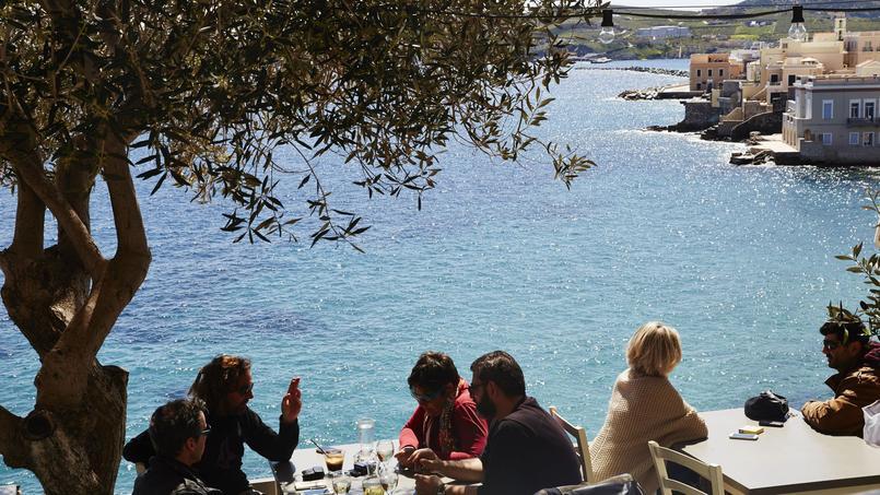Syros c'est d'abord Ermoupolis la capitale des Cyclades. Face à la mer sur la terrasse du bar restaurant le «Sta Vaporia», se dévoile un point de vue envoûtant sur les élégantes demeures neoclassiques.