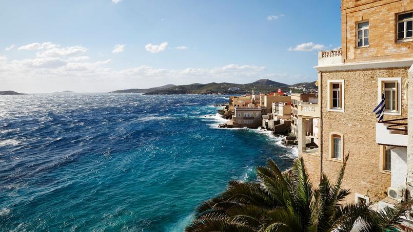 À Ermoupolis (Syros), le quartier Ta Vaporia est surnommé la petite Venise des armateurs. Parmi les maisons léchées par l'écume se cachent deux bijoux où poser ses valises: l'Art Hotel Ploes et Xenon Apollonos.