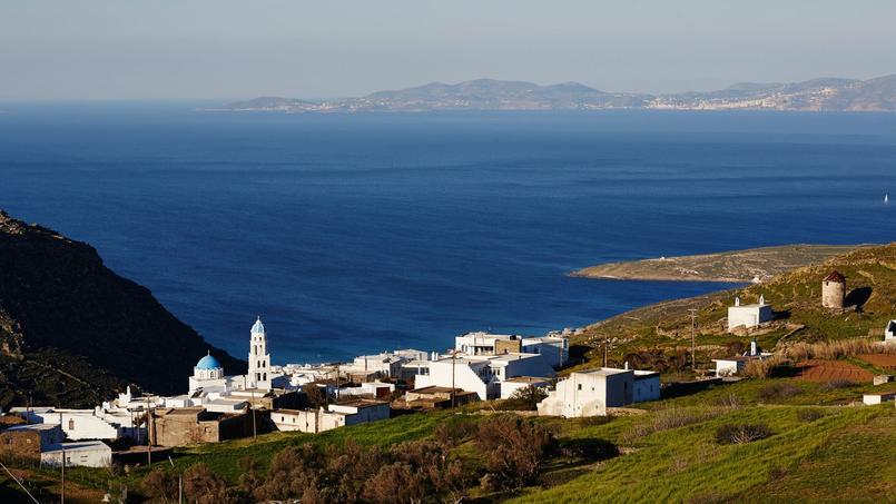 Tinos déroule de merveilleux villages construits en balcon sur la mer. Au loin, Syros flotte dans l'azur du ciel et de la mer.