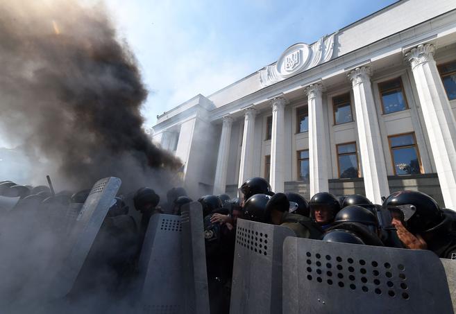 Un engin explosif lancé depuis la foule est tombé devant l'entrée principale du Parlement faisant des blessés, essentiellement des membres de forces de l'ordre mais aussi plusieurs journalistes.