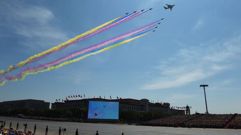 200 avions et hélicoptères, symboles de la puissance montante de la Chine, ont survolé la place Tienanmen.