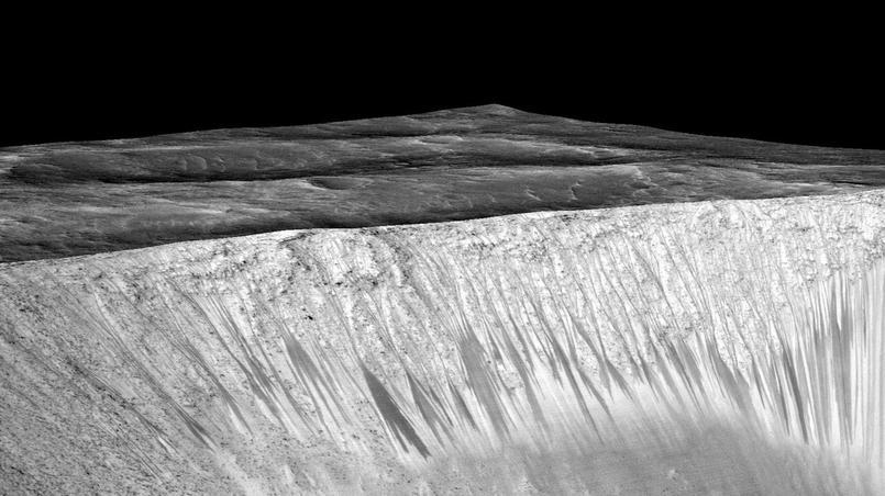 Traces d'écoulement sur les flancs du cratère Garni.