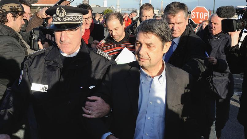 Bernard Glesser, DRH du site Goodyear Amiens-Nord, et le directeur de la production du site, Michel Dheilly (au centre), sont escortés par la police à l'issue de leur séquestration de 30 heures, le 7 janvier 2014.