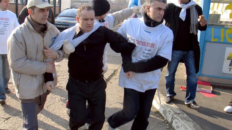 Des employés grévistes contraignent leur directeur à quitter l'usine Fulmen (Exide Technologies SAS) le 29 janvier 2009 à Auxerre, pour le conduire à la manifestation nationale, en réaction à la fermeture du site entraînant le licenciement de ses 314 salariés.