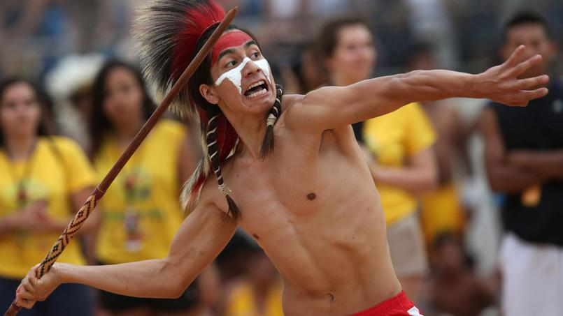 Un Indien d'Amérique du Nord est en plein effort lors du concours de lancer de javelot.