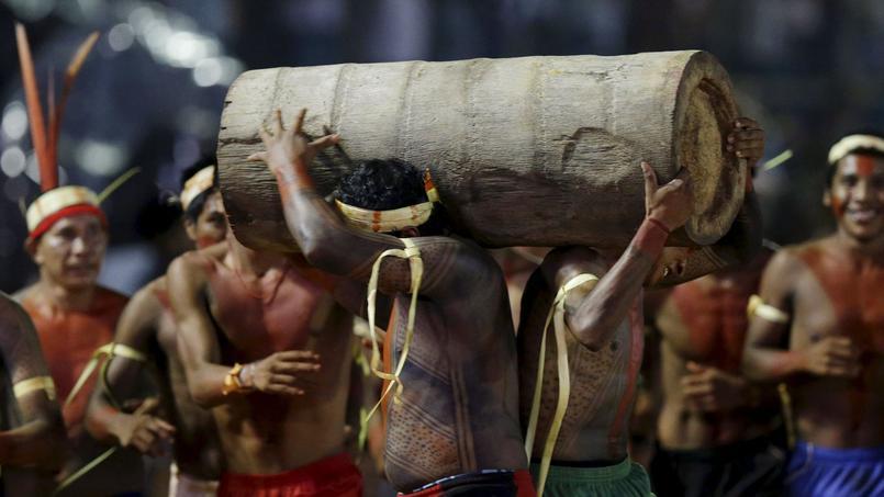 Des membres de la tribu Xerente se relaient lors d'une course où il s'agit de porter sur les épaules un tronc d'arbre qui fait office de témoin.