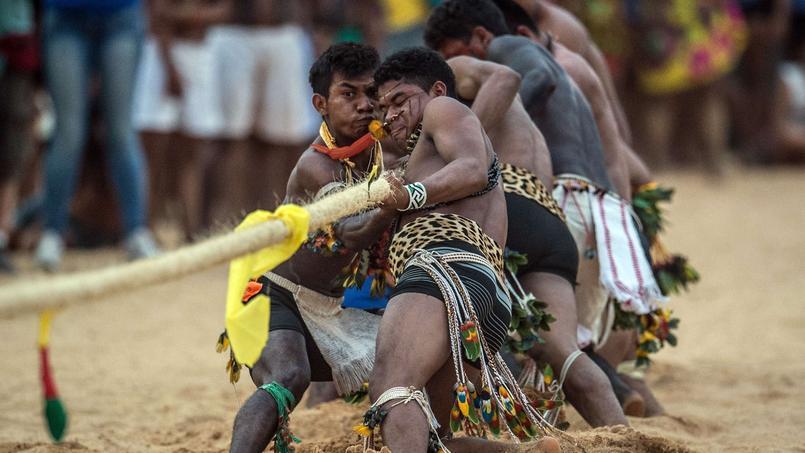 Des Indiens autochtones du Brésil participent de tout leur poids et de toutes leurs forces à une épreuve de tir à la corde.
