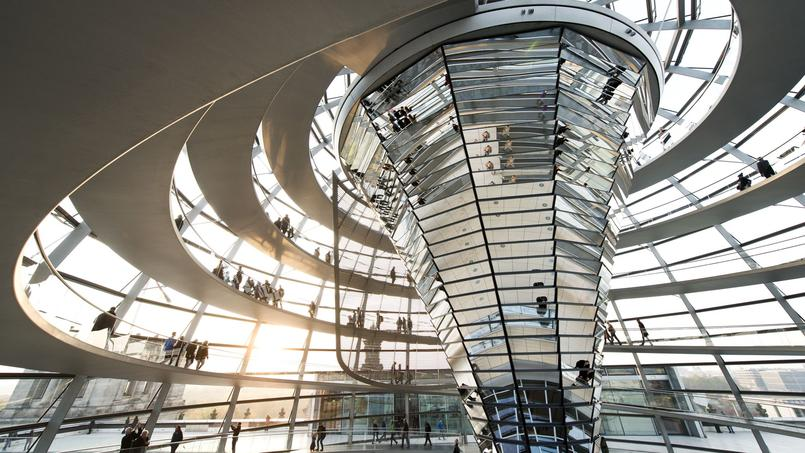 Oeuvre de sir Norman Foster, le nouveau dôme du palais du Reistag, siège du Parlement et symbole de la réunification depuis sa rénovation, cache un cône central doté de miroirs mobiles qui apportent la lumière du jour jusque dans la salle des séances.