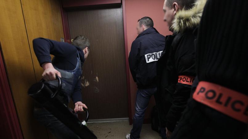6 heures du matin. Des policiers en civil de l'Office central pour la répression de l'immigration irrégulière et de l'emploi des étrangers sans titre (Ocriest) perquisitionnent à Paris, un appartement de l'un des responsables de l'école de commerce incriminée dans cette gigantesque affaire de faux papiers.