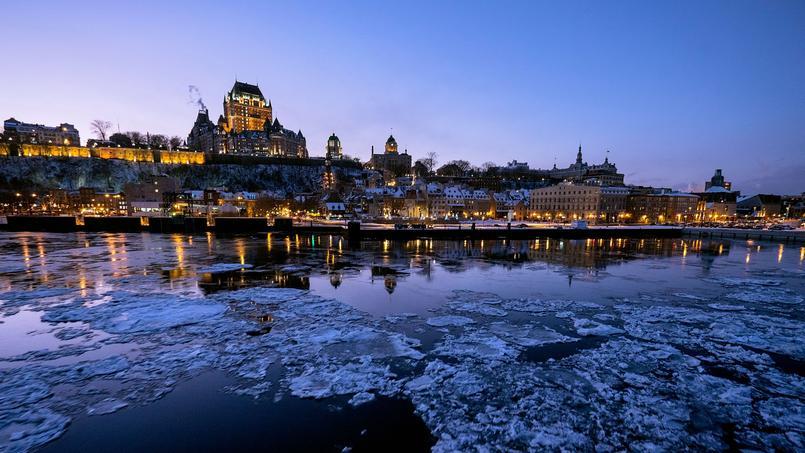 Dominée par Fairmont Le Château Frontenac, Québec scintille sur le fleuve.