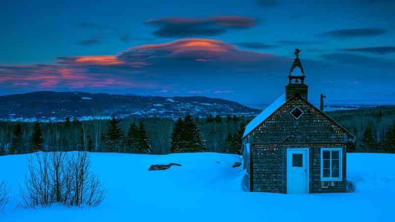 En décembre, l'hiver s'installe pour de bon sur le pays. S'accumulant en pile d'assiettes sur le Charlevoix, les nuages annoncent une nouvelle tempête de neige.