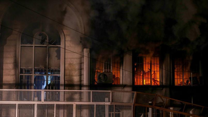 L'ambassade d'Arabie saoudite, en feu, à Téhéran.