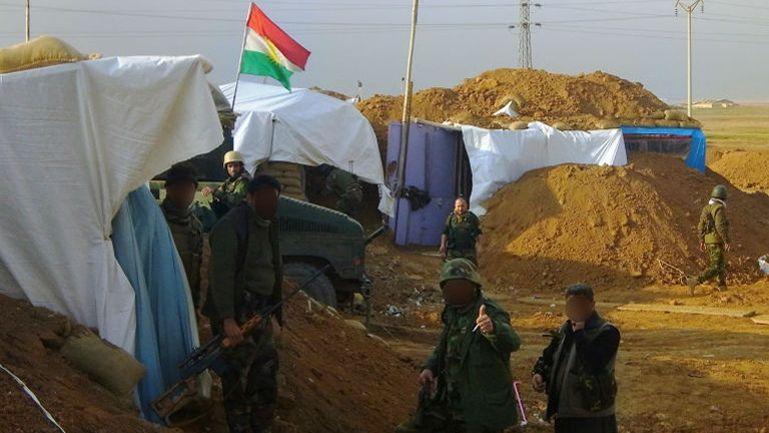 On est loin d'une guerre en phase dynamique. Chaque maison occupée par un détachement peshmerga devient un véritable fortin, les engins déversant des tonnes de terre sur le pourtour de chacune d'entre elles. (Crédits: DR)