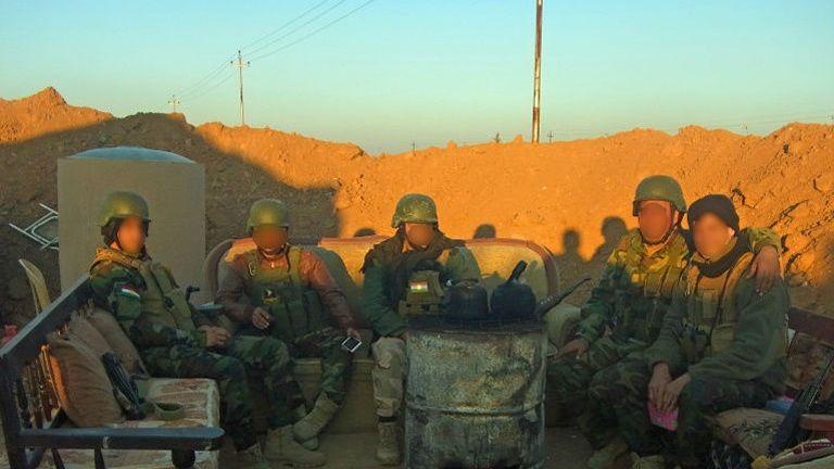 Le soir, après le combat, Martin (à droite) et ses camarades Peshmergas. (DR)