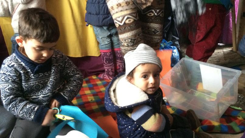 Dans l' «école» du camp, les enfants s'amusent comme ils peuvent.