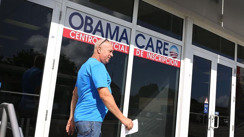 Un homme ressort d'un bureau d'inscription pour bénéficier de l'Obamacare, le 15 décembre 2015 à Miami en Floride.