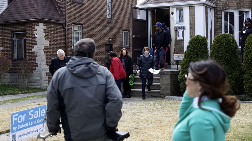 Des acheteurs visitent une maison mise aux enchères en avril 2014 à Detroit, ville frappée de plein fouet par la crise des subprimes.