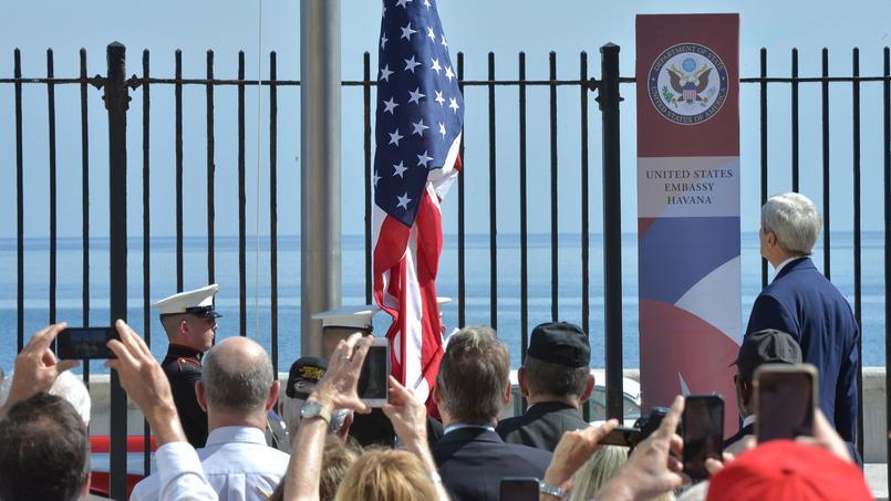 Le secrétaire d'Etat américain John Kerry assiste au lever des couleurs au-dessus de l'ambassade américaine de la Havane, le 14 août 2015.