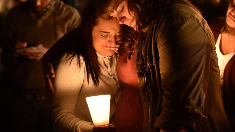 Des jeunes filles veillent en mémoire des victimes de la fusillade de Roseburg, le 1er octobre 2015.
