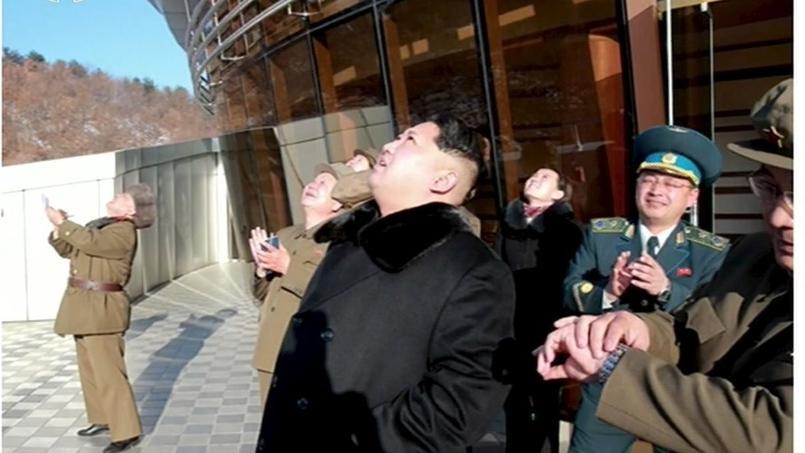 Kim Jong-Un observant le tir de la fusée.