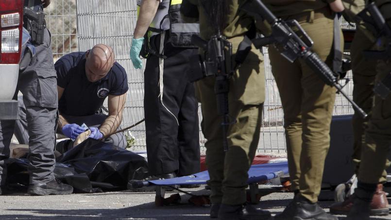 La police israélienne examine le corps de Naïm Safi, un jeune Palestinien de 17 ans tué alors qu'il tentait d'attaquer un policier israélien à coups de couteau.