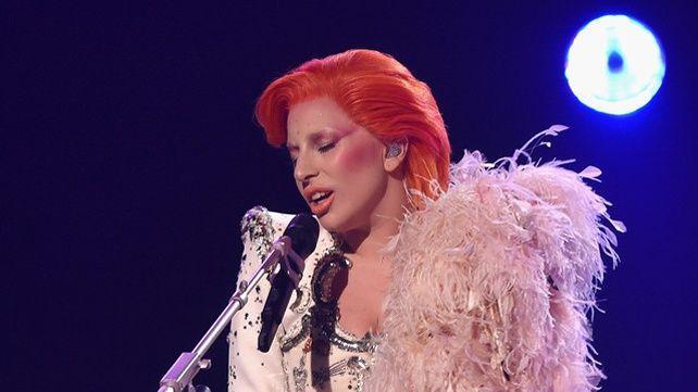 Lady Gaga rendant hommage à Bowie aux 58e Grammy Awards.