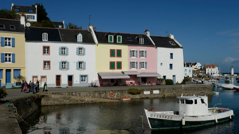 Sur le port de Sauzon, à Belle-Ile-en-Mer, les pimpantes maisons colorées font face au bateaux de pêche.