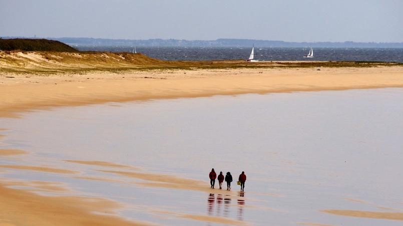En hiver, le plaisir des promenades sur la grande plage de Houat avant la chaleur d'une cheminée.