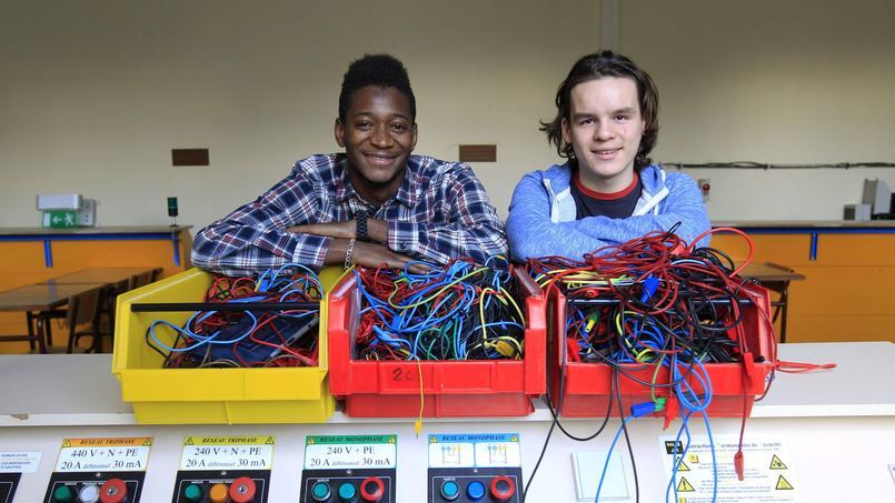 Souleymane (g.) et Julien (d.), dans un des ateliers d'électrotechnique des Apprentis d'Auteuil, à Paris (XVIe).
