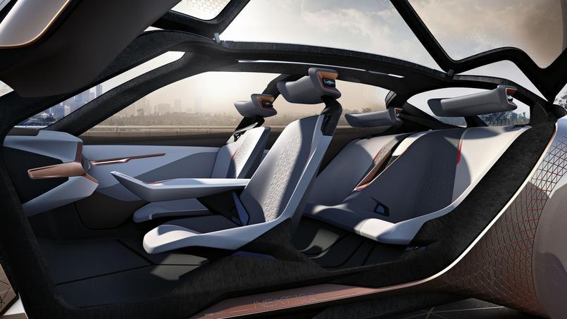 Les quatre sièges individuels sont fixes et sont moulés dans la structure de la voiture.