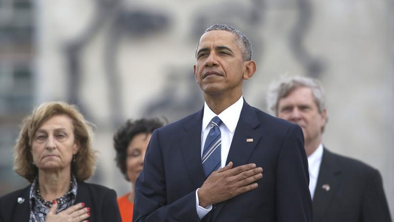 L'hommage avait commencé au son de l'hymne des Etats-Unis qui a résonné sur la place de la Révolution.