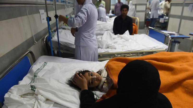 Un enfant victime de l'attentat soigné dans un hôpital de Lahore.
