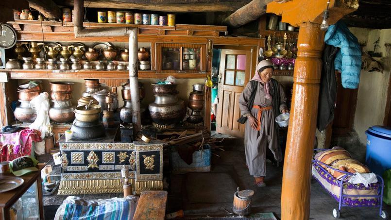 Batterie de casseroles en cuivre, fourneau de terre cuite et piliers de bois: une salle à manger typique des vieilles fermes ladakhis.