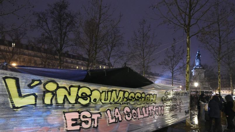 «L'insoumission est la solution», peut-on dire sur cette bannière de plastique étirée entre deux piliers, le 2 avril, place de la République.