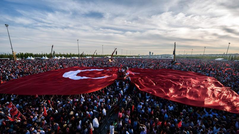 Gigantesque drapeau turc tendu par la foule. L'étoile et le croissant du drapeau turc sont à l'origine le symbole de l'empire ottoman.